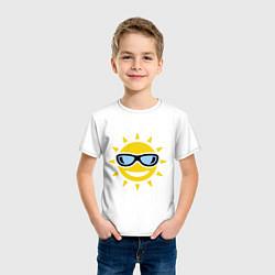 Футболка хлопковая детская Солнышко в очках цвета белый — фото 2