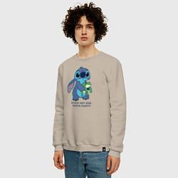 Свитшот хлопковый мужской Стич цвета миндальный — фото 2
