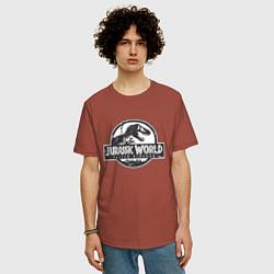 Футболка оверсайз мужская Jurassic World цвета кирпичный — фото 2