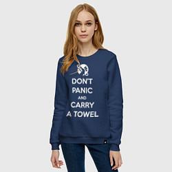 Свитшот хлопковый женский Dont panic & Carry a Towel цвета тёмно-синий — фото 2